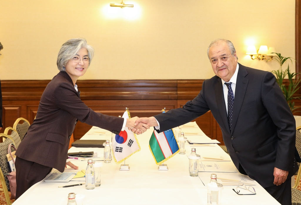 Foreign Minister Kang Kyung-wha (L) shakes hands with her Uzbek counterpart, Abdulaziz Kamilov, before their talks in Nur-Sultan on Oct. 16, 2019, in this photo provided by her ministry. (PHOTO NOT FOR SALE) (Yonhap)
