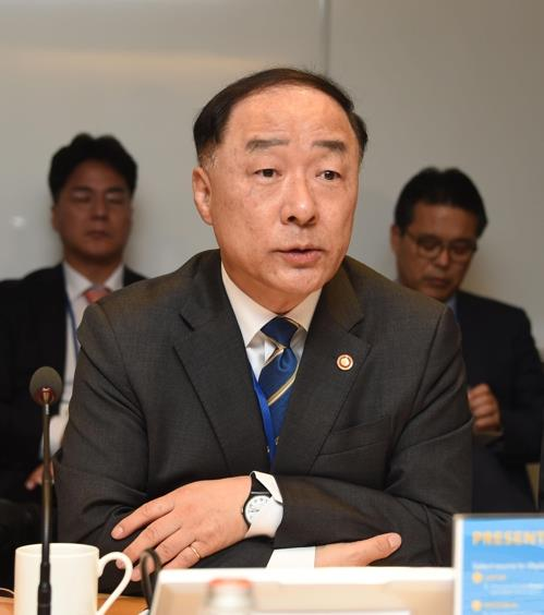 South Korean Finance Minister Hong Nam-ki talks to reporters on the sidelines of the Group of 20 meeting in Washington on Oct. 18, 2019, in this photo provided by the ministry. (PHOTO NOT FOR SALE) (Yonhap)