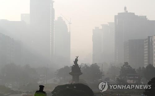 The sky over Yeouido in Seoul, seen from the National Assembly building on Nov. 1, 2019, is thick with fine dust. (Yonhap)