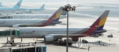 This undated file photo shows Asiana Airlines' planes at Gimpo International Airport in western Seoul. (Yonhap)