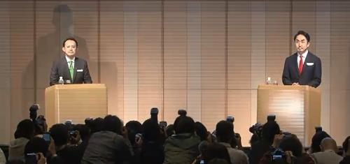 Line CEO Takeshi Idezawa (R) and Kentaro Kawabe, CEO of Z Holdings, speak during a press conference at a Tokyo hotel on Nov. 18, 2019, in this photo captured from a live television broadcast. (Yonhap)