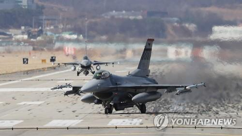 This file photo shows a pair of F-16 jets belonging to the United States Air Force on a runway in South Korea. (Yonhap)