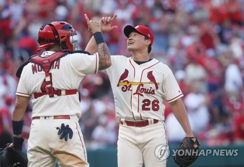 In this UPI file photo from July 8, 2017, Oh Seung-hwan (R) and Yadier Molina of the St. Louis Cardinals celebrate their 4-1 win over the New York Mets in a Major League Baseball regular season game at Busch Stadium in St. Louis. (Yonhap)