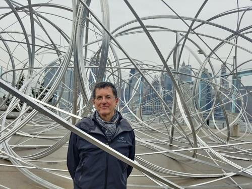 "British sculptor Antony Gormley stands inside his work ""New York Clearing"" at Brooklyn Bridge Park Pier 3 on Feb. 4, 2020. (Yonhap)"