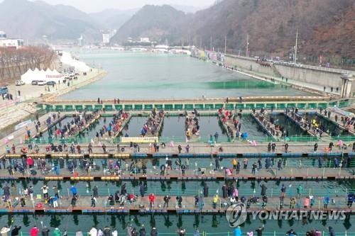Tourists enjoy river fishing in Hwacheon, northeast of Seoul, on Feb. 2, 2020, during the 2020 Hwacheon Sancheoneo Ice Festival. (Yonhap)