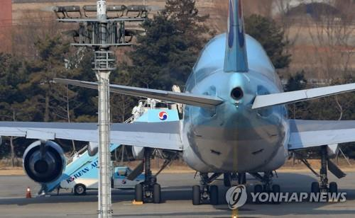 Authorities at Gimpo International Airport in western Seoul carry out quarantine work on the first evacuation flight that brought 368 South Korean citizens home from the coronavirus-hit Wuhan, China, on Jan. 31, 2020. (Yonhap)