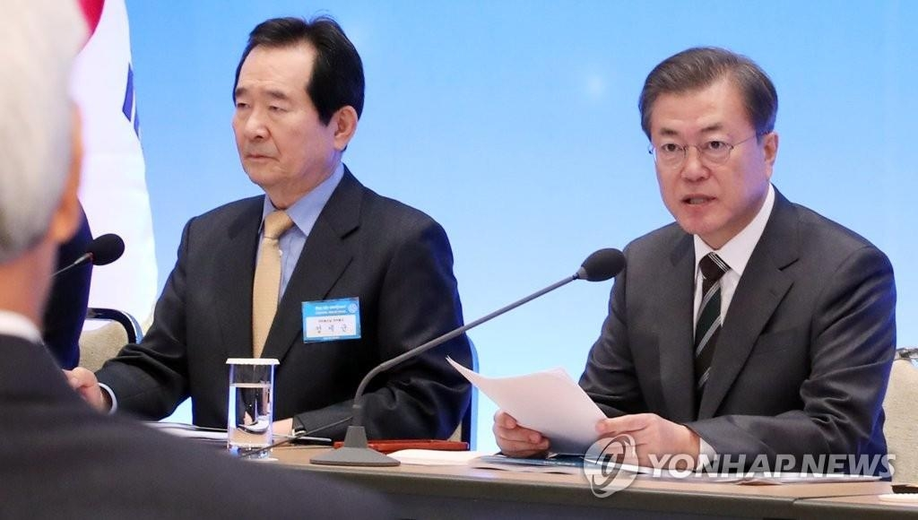 President Moon Jae-in (R) and Prime Minister Chung Sye-kyun in a file photo. (Yonhap)