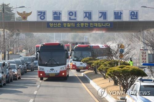 Buses carrying 193 South Koreans evcuated from Wuhan, China, leave the Police Human Resources Development Institute in Asan, 90 kilometers south of Seoul, on Feb. 15, 2020. (Yonhap)