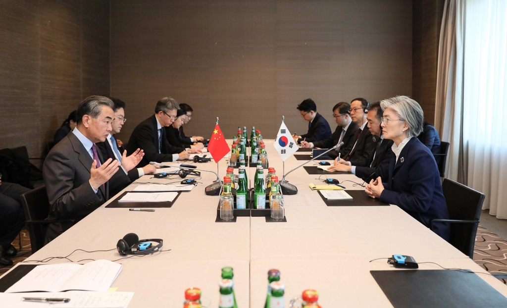 Foreign Minister Kang Kyung-wha (R) speaks with and her Chinese counterpart, Wang Yi, during bilateral talks held in Munich, Germany, on Feb. 15, 2020, in this photo provided by Seoul's foreign ministry. (PHOTO NOT FOR SALE) (Yonhap)