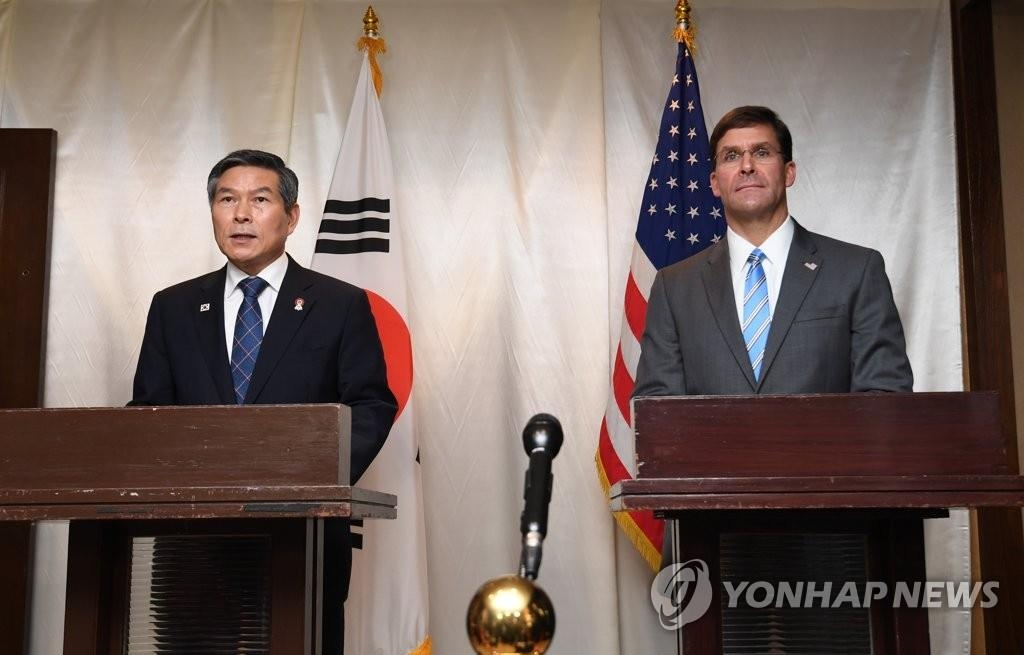 This file photo shows South Korean Defense Minister Jeong Kyeong-doo (L) and U.S. Secretary of Defense Mark Esper holding a joint press conference after their talks in Bangkok on Nov. 17, 2019. (Yonhap)