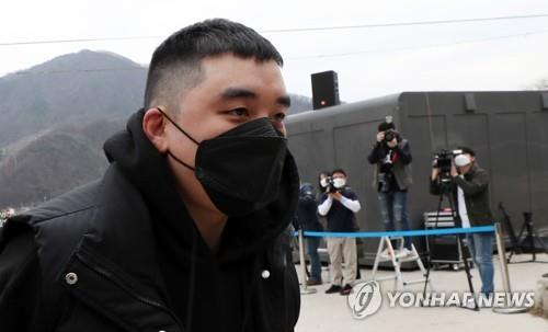 Seungri, former member of K-pop boy band BIGBANG, arrives at an Army recruit training center in Cheorwon, northeast of Seoul, on March 9, 2020, to begin his mandatory military service. (Yonhap)