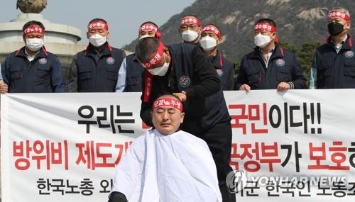 Choi Eung-sik, head of the labor union of South Korean employees for the U.S. Forces Korea, has his head shaved during a protest in front of the presidential office Cheong Wa Dae in Seoul on March 20, 2020, calling for the revision of rules on the defense cost-sharing talks between the two countries. (Yonhap)