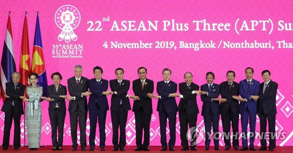 This file photo, dated Nov. 4, 2019, shows the leaders of ASEAN, South Korea, Japan and China posing for commemorative photos at the 22nd ASEAN Plus Three summit held at the IMPACT Forum building in Bangkok. (Yonhap)