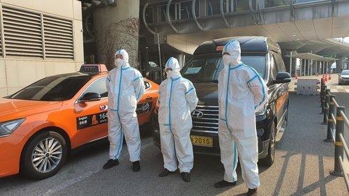 This photo, provided by the Seoul city government, shows taxi drivers in protective gear who have been exclusively transporting passengers from abroad at Incheon International Airport, west of Seoul, since March 31, 2020. (Yonhap)