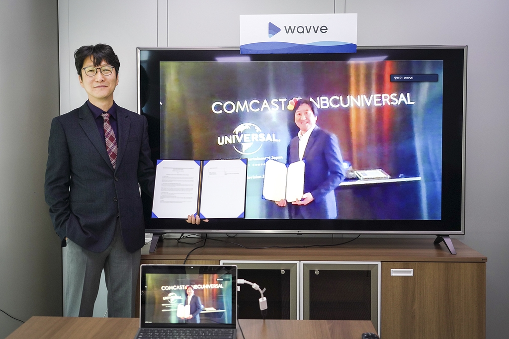 Content Wavve CEO Lee Tae-hyun (L) poses for a photo after signing a partnership with NBCUniversal Media in Seoul on April 10, 2020, in this photo provided by SK Telecom Co. (PHOTO NOT FOR SALE) (Yonhap)
