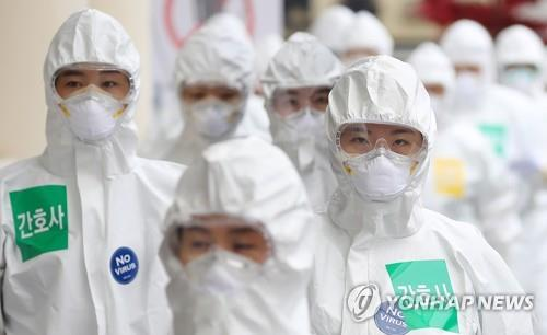 Medical workers in protective suits begin work at Keimyung University Dongsan Medical Center in Daegu, 300 kilometers southeast of Seoul, on April, 13, 2020. (Yonhap)