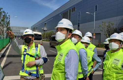This photo, provided by Samsung Electronics Co. on May 18, 2020, shows Samsung Electronics Vice Chairman Lee Jae-yong (C) inspecting the company's semiconductor plant in Xian, China. (PHOTO NOT FOR SALE) (Yonhap)