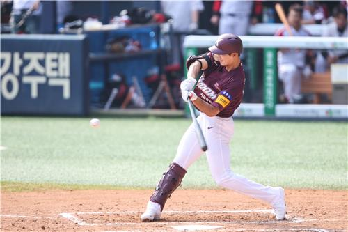 Byeon Sang-kwon of the Kiwoom Heroes (C) hits a double against the LG Twins during a Korea Baseball Organization regular season game at Jamsil Stadium on May 17, 2020, in this photo provided by the Heroes. (PHOTO NOT FOR SALE) (Yonhap)