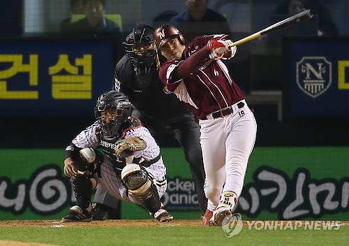 In this file photo from Oct. 31, 2014, Kang Jung-ho of the Nexen Heroes hits a two-run home run against the LG Twins in a Korea Baseball Organization postseason game at Jamsil Stadium in Seoul. (Yonhap)