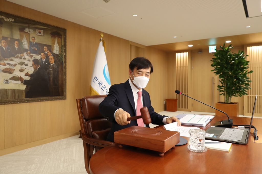 In the photo, provided by the Bank of Korea (BOK), BOK Gov. Lee Ju-yeol bangs the gavel in a monetary policy board meeting in Seoul on May 28, 2020, which delivered a quarter percentage rate cut to send the key rate to a new record low of 0.50 percent. (Yonhap)