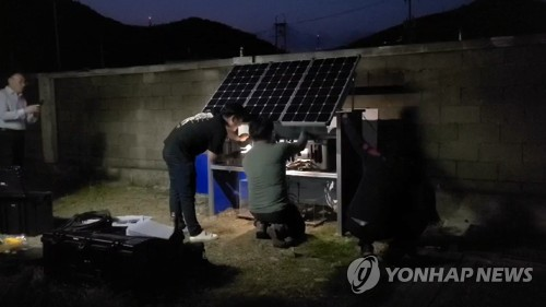 This photo, provided by the Haenam County office, shows officials of the Korea Meteorological Administration installing a mobile earthquake observation station in the county, about 430 kilometers south of Seoul, on May 4, 2020. (PHOTO NOT FOR SALE) (Yonhap)