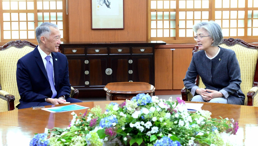 Foreign Minister Kang Kyung-wha (R) speaks with International Vaccine Institute Chief Jerome Kim during a meeting at her office in Seoul on June 12, 2020, in this photo provided by the ministry. (PHOTO NOT FOR SALE) (Yonhap)