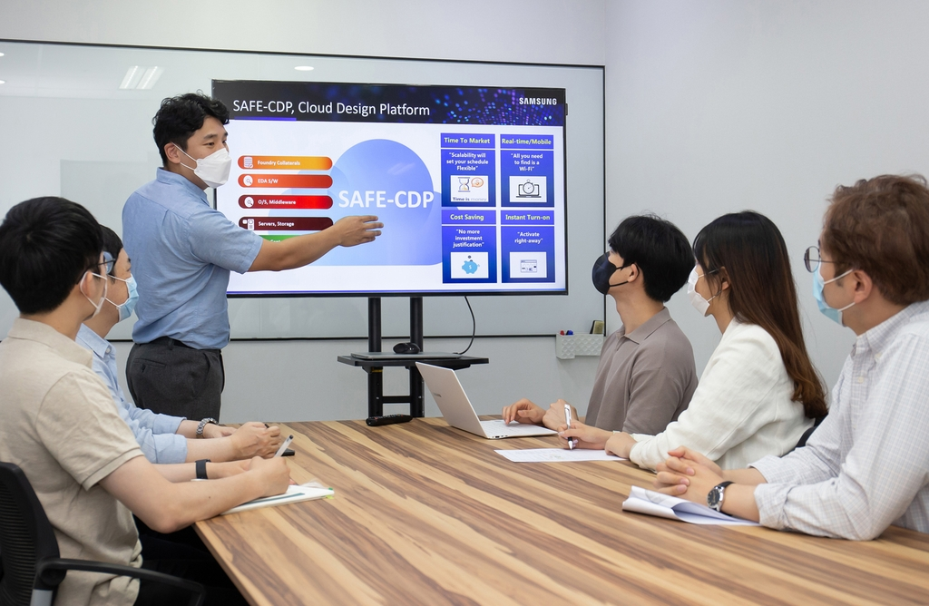 This photo, provided by Samsung Electronics Co. on June 18, 2020, shows a Samsung employee explaining the company's SAFE Cloud Design Platform to workers of local fabless company Gaonchips. (PHOTO NOT FOR SALE) (Yonhap)