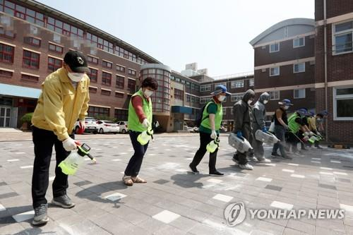 Workers spray disinfectant at an elementary school in the southwestern city of Gwangju on June 22, 2020. (Yonhap)