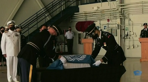 This screenshot of the U.S. Department of Defense's livestream of a repatriation ceremony in Hawaii on June 23, 2020, shows a box of remains of a South Korean soldier killed in the 1950-53 Korean War being rewrapped with the flag of the United Nations Command. (PHOTO NOT FOR SALE) (Yonhap)