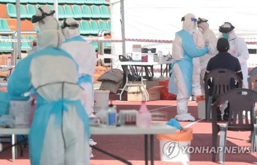 Health workers conduct virus tests at a testing center in Jeju on Jeju Island on July 17, 2020. (Yonhap)