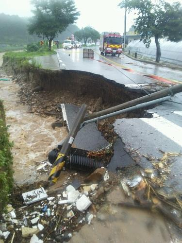 This photo, provided by a reader, shows a road in Chungju, North Chungcheong Province, destroyed by heavy rains on Aug. 2, 2020. (PHOTO NOT FOR SALE) (Yonhap)