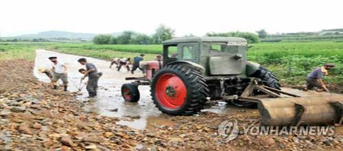 People work to repair damage from heavy rain at a village in North Hwanghae Province, in this photo captured from North Korea's Rodong Sinmun on Aug. 8, 2020. (For Use Only in the Republic of Korea. No Redistribution) (Yonhap)