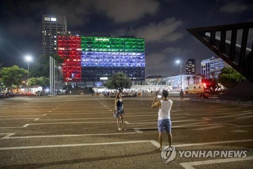 This AP photo shows the city hall building in Tel Aviv, Israel, lit up with the flags of the United Arab Emirates and Israel on Aug. 13, 2020, as the two countries announced they agreed to establish diplomatic ties. (Yonhap)