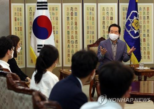 Prime Minister Chung Sye-kyun (R) talks with representatives from the Korean Intern and Resident Association at the government office complex in Seoul on Aug. 23, 2020. (Yonhap)