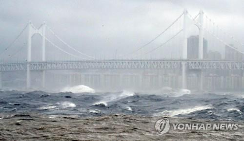 Typhoon Haishen brings strong winds in the port city of Busan on Sept. 7, 2020. (Yonhap)