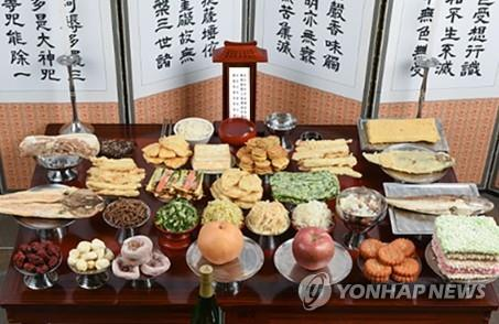 "This file photo, provided by G Market, shows a table set up for ""charye,"" a traditional ritual of giving thanks to ancestors. (PHOTO NOT FOR SALE) (Yonhap)"