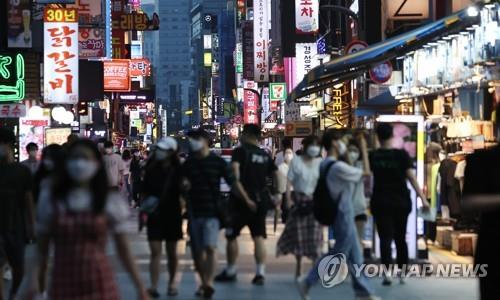 This file photo taken on Aug. 28, 2020, shows a street of restaurants and entertainment facilities full of pedestrians in eastern Seoul. (Yonhap)