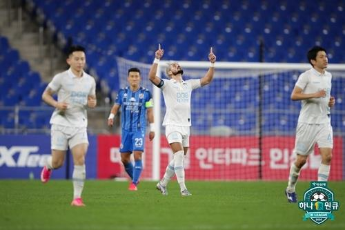 Cesinha of Daegu FC (C) celebrates his successful penalty against Ulsan Hyundai FC during the clubs' K League 1 match at Ulsan Munsu Football Stadium in Ulsan, 410 kilometers southeast of Seoul, on Sept. 12, 2020, in this photo provided by the Korea Professional Football League. (PHOTO NOT FOR SALE) (Yonhap)