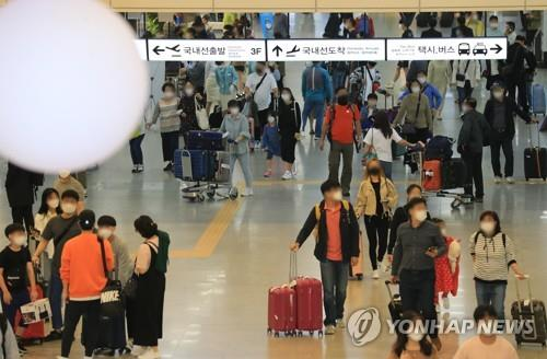 Jeju International Airport is crowded with travelers on Sept. 30, 2020, one day before the traditional Chuseok autumn harvest holiday. (Yonhap)