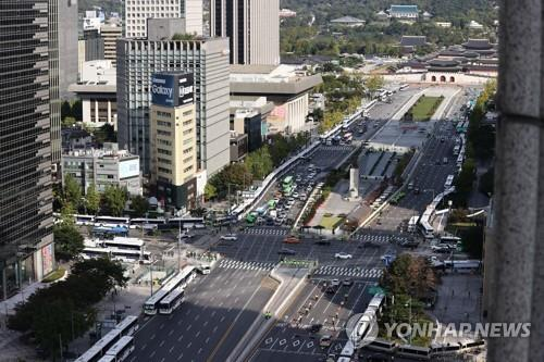 Police buses are parked in lines on streets around Gwanghwamun Square in central Seoul on Oct. 9, 2020, in a bid to prevent illegal rallies. (Yonhap)