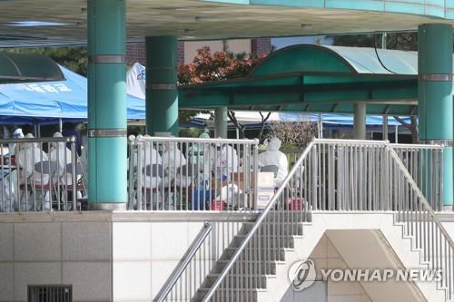 Quarantine officials at an elementary school in Pocheon, just north of Seoul, on Oct. 28, 2010 after eight COVID-19 cases were reported. (Yonhap)
