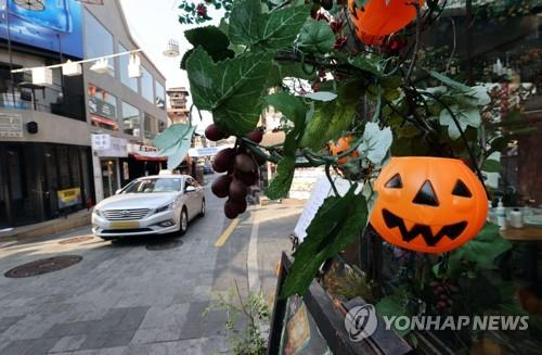 A street in Seoul's nightlife district of Itaewon is quiet on Oct. 26, 2020, five days ahead of Halloween, when COVID-19 is feared to spread. (Yonhap)