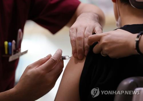 This file photo shows a flu shot being administered. (Yonhap)