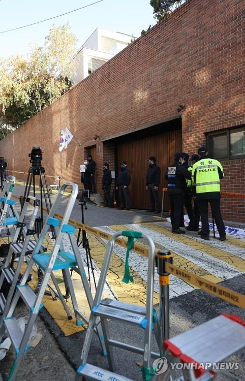 Stepladders are set up in front of the residence of former President Lee Myung-bak in Seoul on Nov. 2, 2020, as media crews prepare to shoot Lee's reincarceration the same day following a Supreme Court ruling on Oct. 29 that confirmed a 17-year prison sentence for Lee for embezzlement and bribery. (Yonhap)