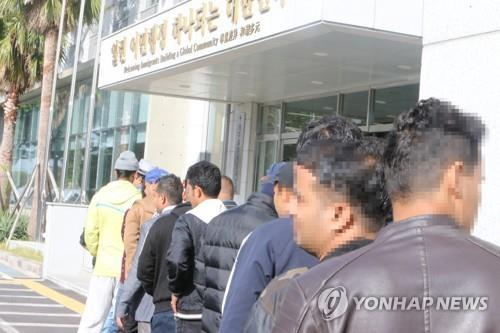 This file photo taken in October 2018 shows Yemenis entering an immigration office on Jeju Island after being granted humanitarian stay permits. (Yonhap)