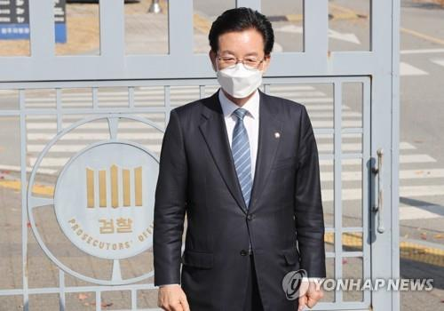 Rep. Jeong Jeong-soon of the ruling Democratic Party poses for photos before heading to the Cheongju District Prosecutors Office on Oct. 31, 2020, to be questioned on alleged campaign accounting fraud and other wrongdoing ahead of the parliamentary election in April. (Yonhap)