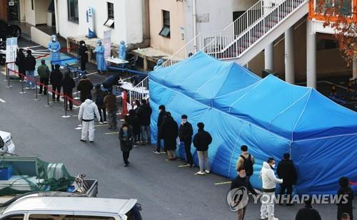 People wait in line to receive coronavirus tests at a makeshift clinic at a parking lot of the Dongjak Ward office in Seoul on Nov. 27, 2020. On the same day, the daily number of novel coronavirus cases in South Korea exceeded 500 for the second straight day as health authorities grappled with sporadic cluster infections across the country amid the third wave of the pandemic. (Yonhap)