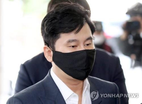 Yang Hyun-suk, the founder and former CEO of K-pop powerhouse YG Entertainment, arrives at the Seoul Western District Court to attend his sentencing trial on Nov. 27, 2020. (Yonhap)
