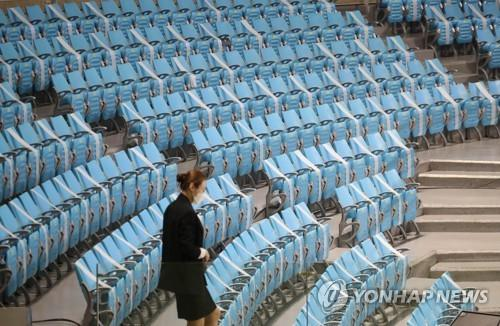 A volleyball game between the Industrial Bank of Korea (IBK) and Korea Expressway takes place in an indoor stadium located in Gimcheon, 234 kilometers south of Seoul, with no spectators in attendance due to toughened social distancing steps to prevent the spread of new coronavirus. (Yonhap)