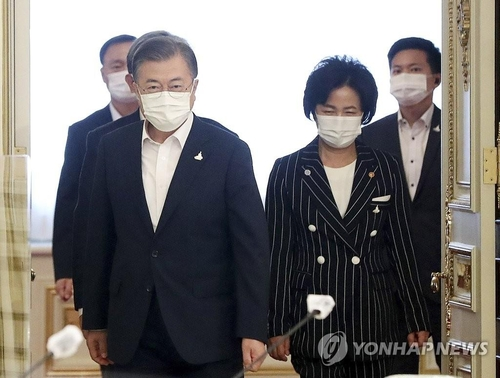 President Moon Jae-in (L) and Justice Minister Choo Mi-ae in a file photo (Yonhap)